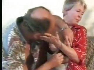 Abuela mamando y montando