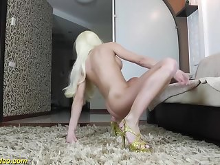 Sports flexi dancer shows extreme positions